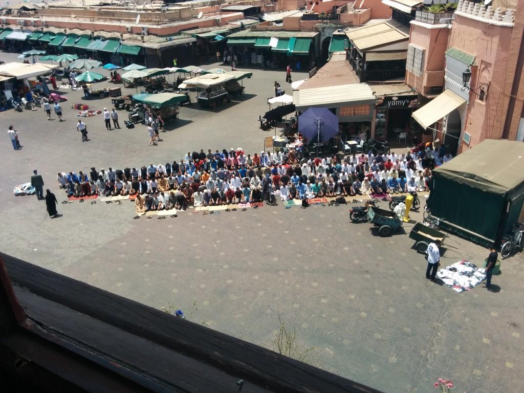 La hora de la oración en la plaza de la Yemaa