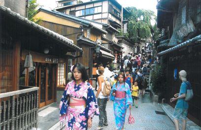Las animadas calles del Kyoto antiguo, Higashiyama, subiendo hacia los templos Kodai-ji y Chion-in
